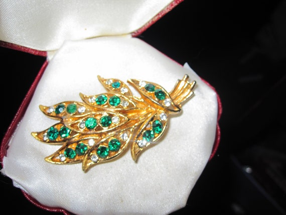 Beautiful vintage    Large Goldtone Emerald Green and clear Glass floral brooch