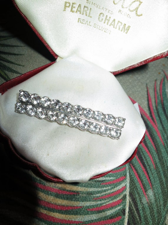 Beautiful  vintage Deco sparkly diamante glass bar brooch