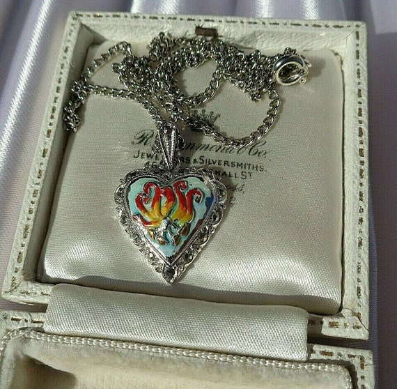 Lovely vintage silvertone heart shaped orchid enamel heart necklace