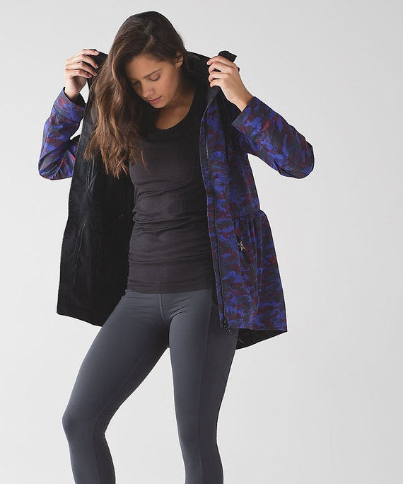 BNWT Lululemon Rain for Daze ii blue camoflague print jacket size 4