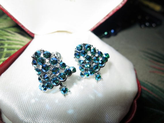Nice vintage Dodds rhodium plated blue green aurora borealis screw on earrings