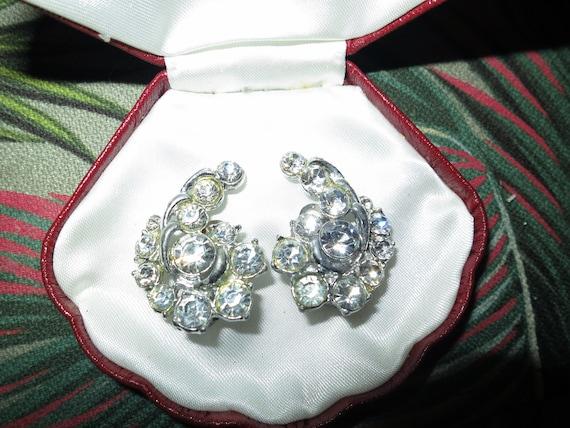 Lovely vintage silvertone clear glass rhinestone paisley shape clip on earrings