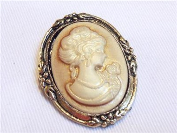 Vintage Pretty Goldtone oval Cream/Beige resin lady Cameo  brooch