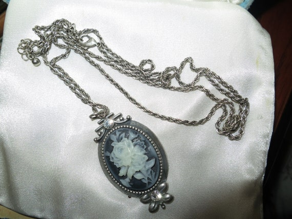 Delightful vintage silvertone resin cameo rose and diamante pendant necklace