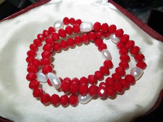 Attractive faceted red jade and genuine freshwater pearl bracelet