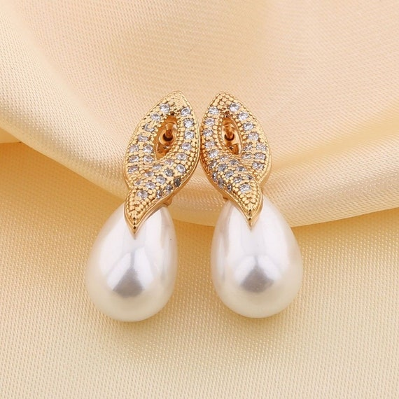 Lovely 18 ct yellow gold filled rhinestone and seashell pearl stud earrings
