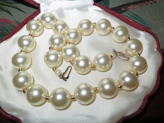 Beautiful vintage retro shiny faux pearl and gold bead necklace