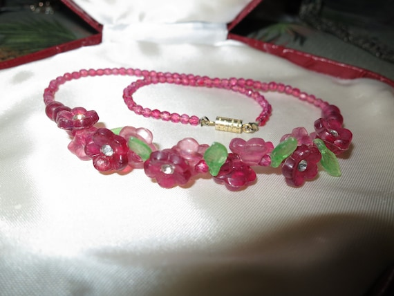 Lovely vintage deco cranberry pink flower lucite necklace