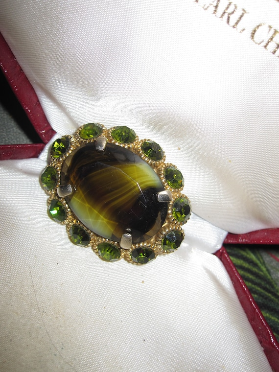 Lovely vintage goldtone olive banded glass and peridot rhinestone   brooch