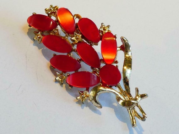 Pretty vintage Goldtone and  Red Thermoset lucite Floral brooch