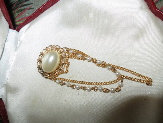 Charming vintage fx pearl dangle Brooch