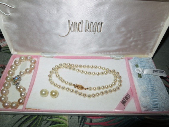 Lovely vintage boxed fx pearl wedding set of fx pearl necklace bracelet, earrings, garter