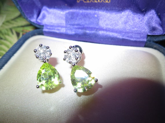 Lovely 18 ct whitegold filled green peridot sapphire crystal drop earrings