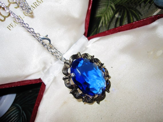 Gorgeous vintage silvertone faceted sapphire blue glass pendant necklace