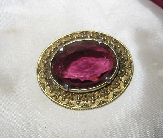 Lovely Vintage goldtone ornate faceted amethyst purple glass brooch