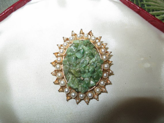 Lovely vintage goldtone etched green jade chip seed pearl brooch