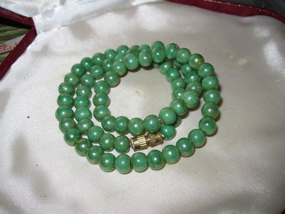 Beautiful vintage pea green lustre glass bead necklace barrel clasp