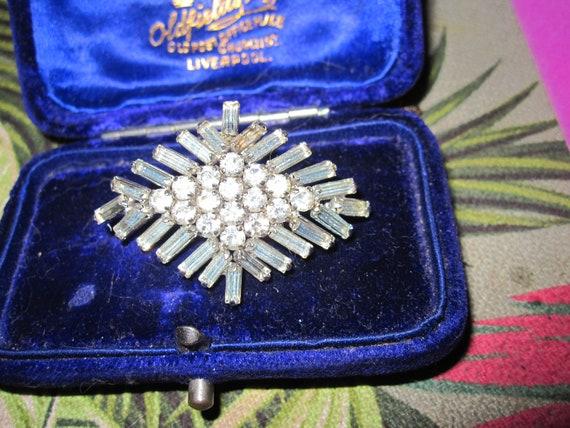 Lovely vintage silvertone rhinestone diamond shaped brooch