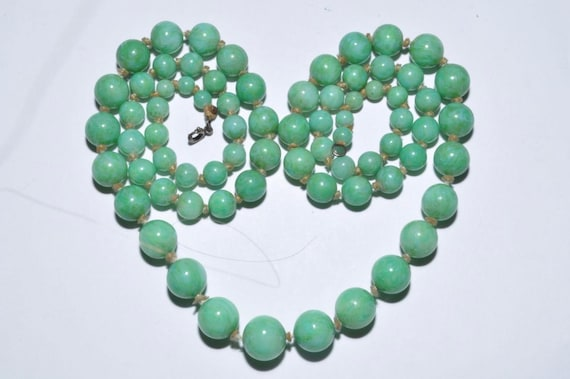 Pretty vintage Art Deco knotted Green Peking Glass longline necklace