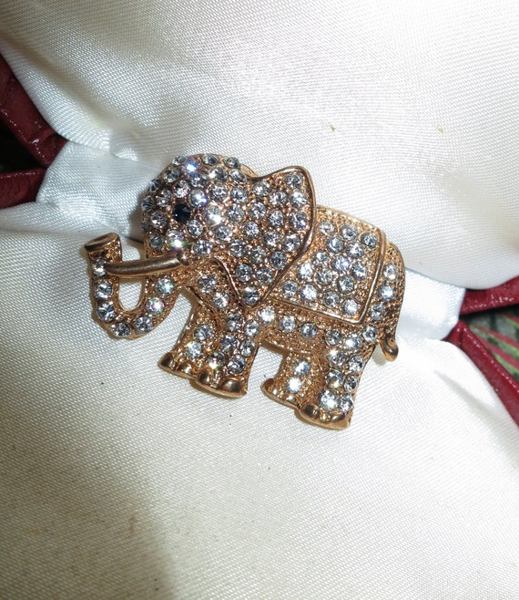 Charming vintage clear rhinestone gold tone elephant animal brooch