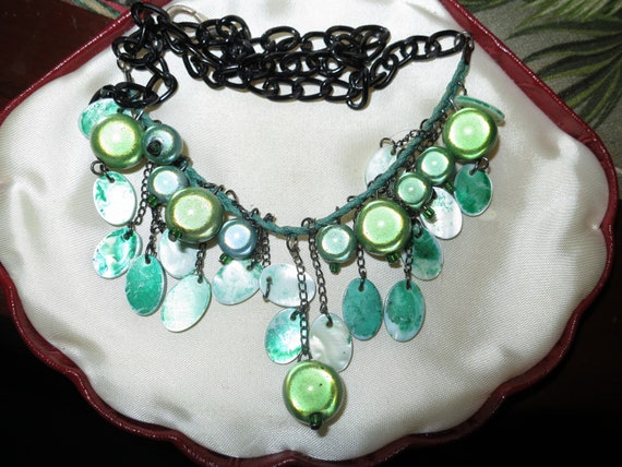 Fabulous vintage opaque beaded and mother of pearl necklace