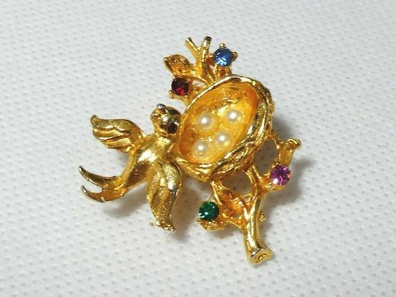 Cute vintage  Goldtone bird and birdnest eggs rhinestone brooch