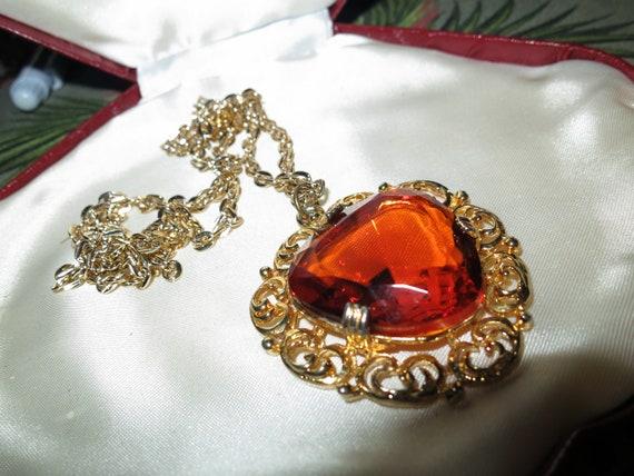 Wonderful vintage goldtone large faceted amber glass pendant necklace
