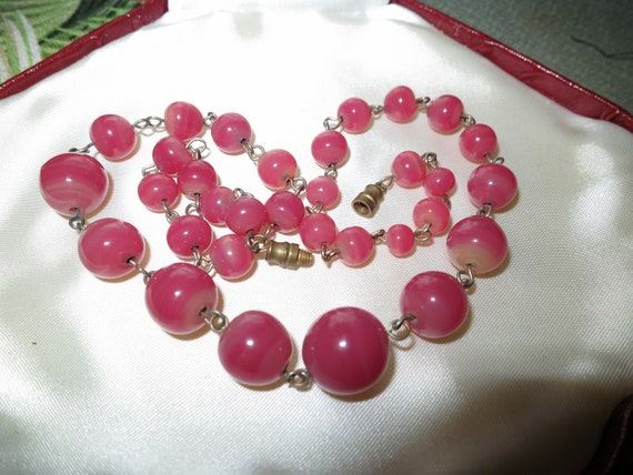 Lovely  vintage Deco wire linked raspberry ripple glass bead necklace