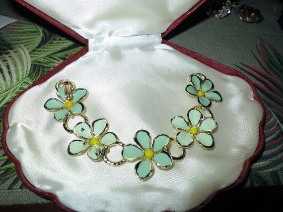 Wonderful vintage Hollywood goldtone green enamel flower bracelet