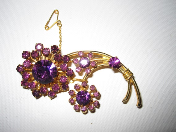 Lovely vintage faceted purple  glass floral gold tone brooch with safety chain