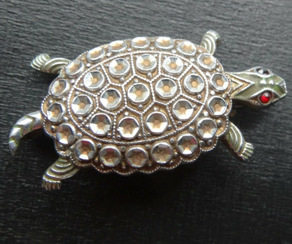 Lovely vintage 1950s faux marcasite red rhinestone turtle silver tone brooch