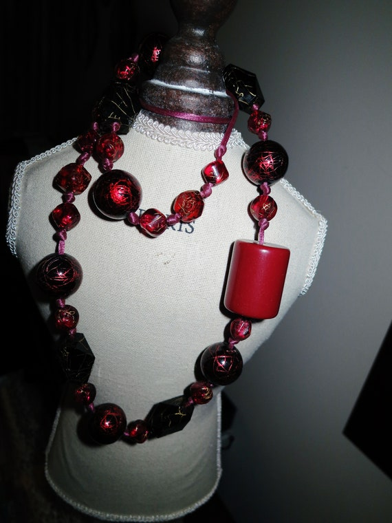 Beautiful vintage retro red and gold fleck lucite long necklace