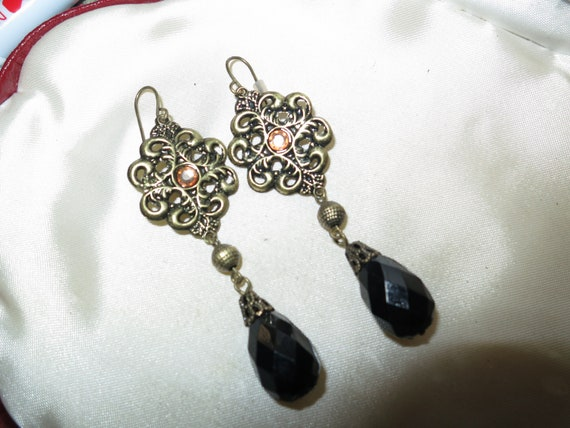 Lovely pair of vintage earrings citrine stones and black lucite beads