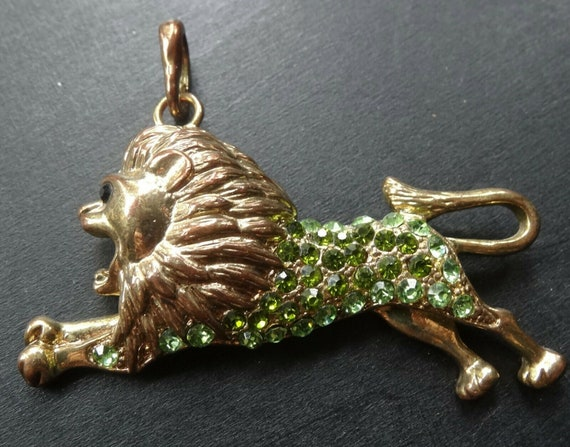 Wonderful vintage goldtone green rhinestone roaring lion pendant necklace