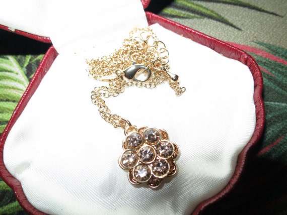"""Beautiful vintage gold metal Avon champagne glass daisy pendant necklace 19"""""""