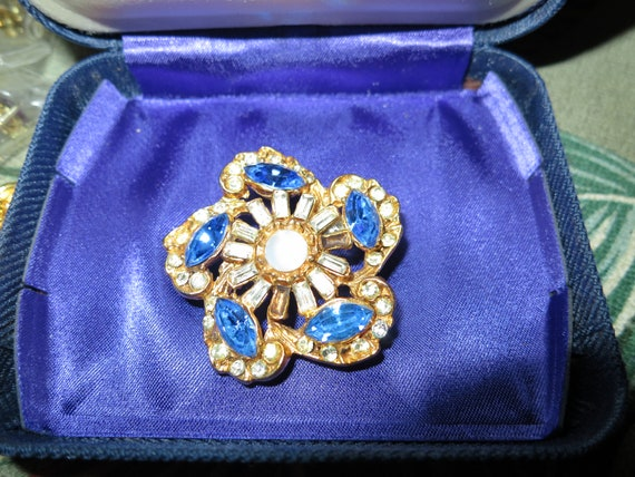Beautiful vintage Hollywood blue and clear glass brooch