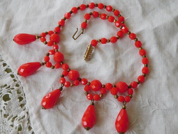Lovely Vintage 1950s faceted shiny Red Glass Dropper Necklace