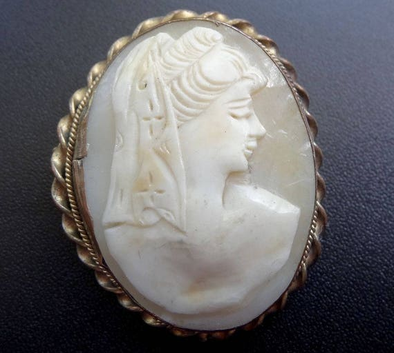 Beautiful Vintage carved  shell cameo lady pendant or brooch