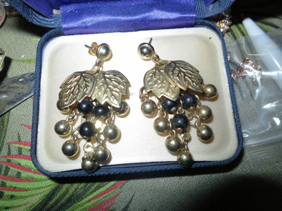 Wonderful vintage goldtone leaf and beaded dropper earrings