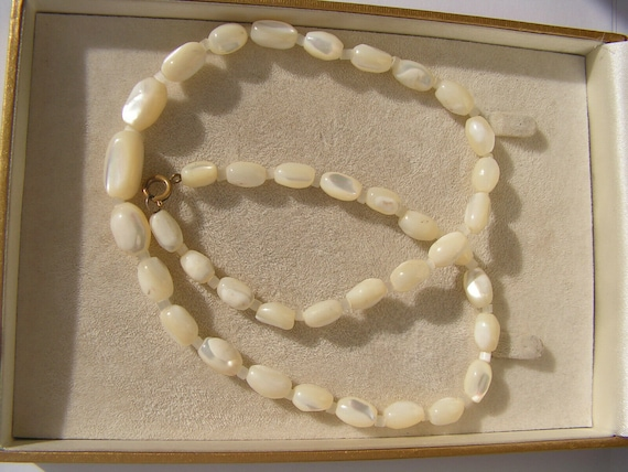 Beautiful strand of vintage  Deco mother of pearl necklace