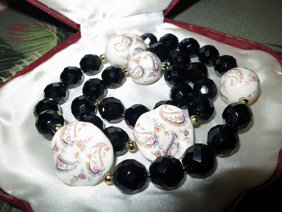 Vintage Deco faceted French Jet black and white paisley glass beaded necklace
