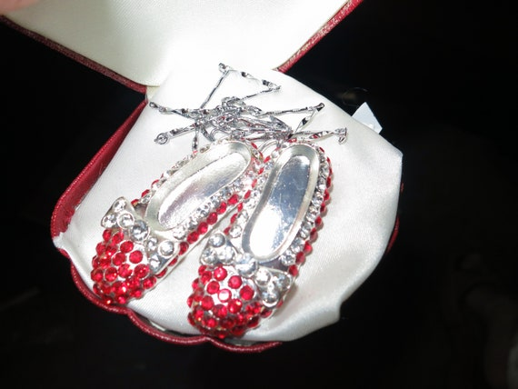 Gorgeous   sparkly silvertone red rhinestone Wizard of Oz Dorothy pendant necklace