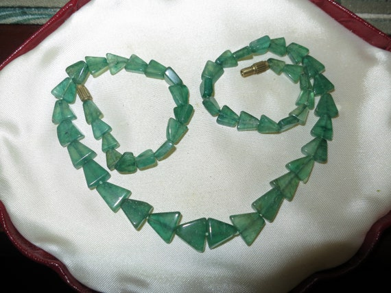 Lovely vintage Art Deco green glass beaded necklace