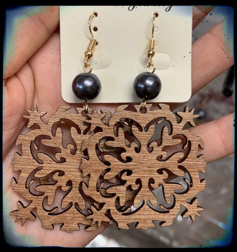 Wood tribal Hawaii Quilt plumeria flower shell pearl dangling earring