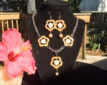 Pretty Shell Necklace and Earring Set.