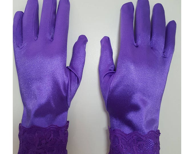 Gloves in purple stretch satin with purple galloon lace cuffs. M-XL