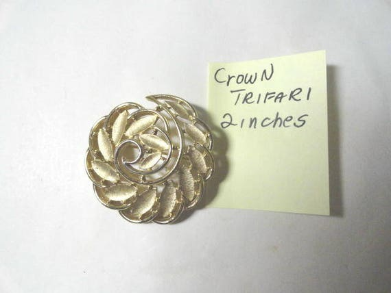 Vintage Crown Trifari Gold Tone Brooch Pin 2 Inches