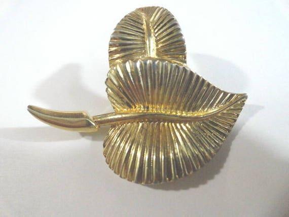 1950s  Sperry Gold Tone Fern Leaf Brooch Pin Raised Leaf 2 inches by 1 1/2 3/4 inch deep