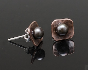 Tiny, irregular square shaped earrings made of hammered and oxidized copper with freshwater black pearls - v6