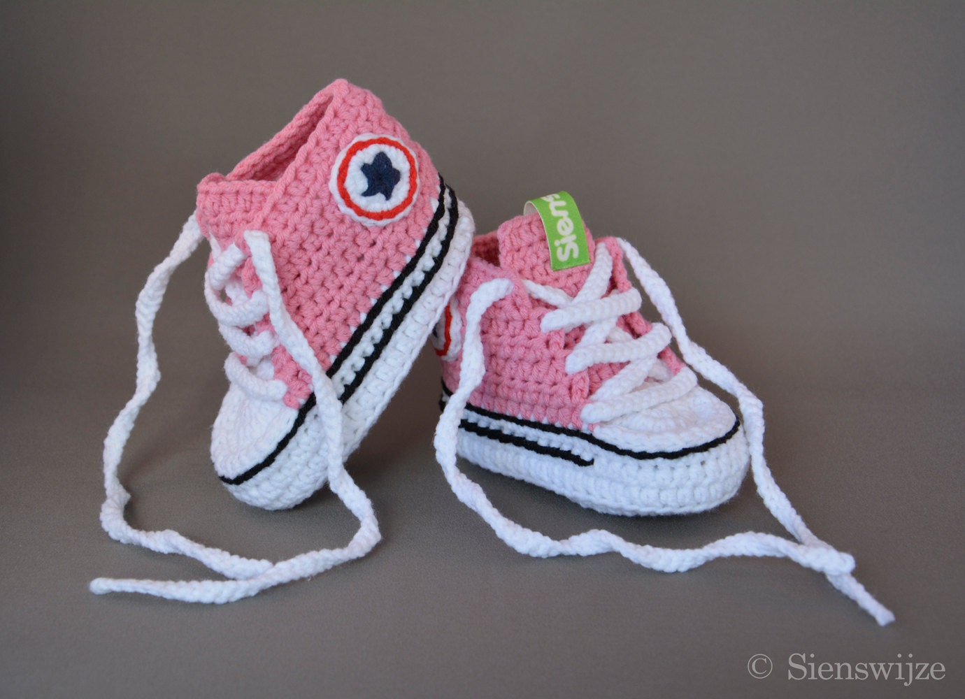 96a06e7aa4f202 Pink baby Converse-like sneakers Crocheted baby booties